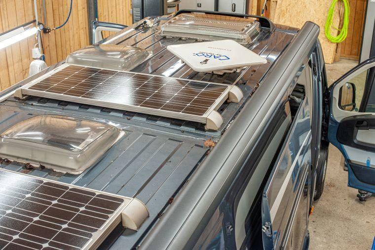Dachansicht eines ausgebauten Kastenwagens in der Werkstatt mit zwei Solarmodulen
