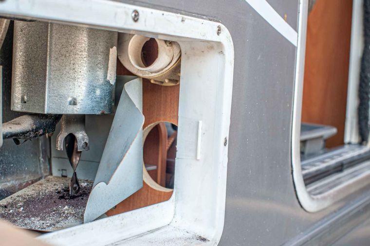 Caravan Reparatur ausgebautes Kühlschrank Lüftungsgitter mit Kühlschrank Gasbrenner - Caravan Service Stehmeier