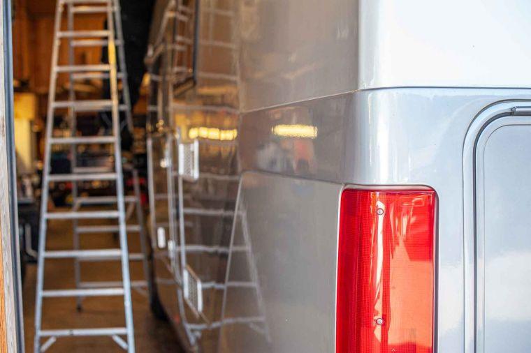 Wohnmobil Heckleuchte mit Seitenwand und Leiter in Werkstatt - Caravan Service Stehmeier