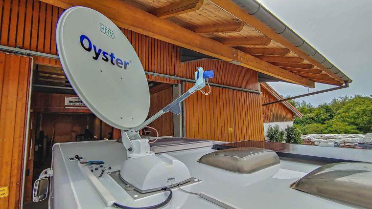 Oyster Satelliten Anlage auf dem Dach eines Wohnmobils - Caravan Service Stehmeier