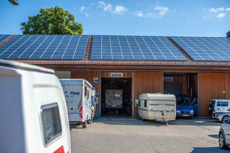 Werkstatt Halle mit Wohnmobilen und Wohnwagen - Caravan Service Stehmeier - Wohnmobil Wohnwagen Service Werkstatt