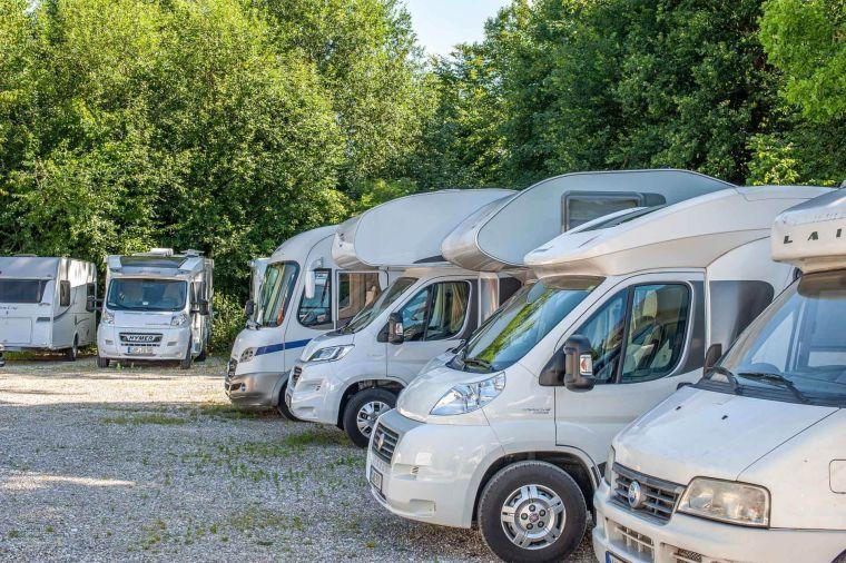 Wohnmobile zur Reparatur geparkt auf dem Firmen Stellplatz - Caravan Service Stehmeier - Wohnmobil Wohnwagen Service Werkstatt