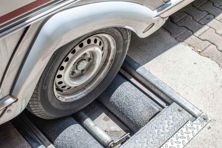 Wohnwagen Rad auf dem Bremsenprüfstand der Werkstatt - Caravan Service Stehmeier - Wohnmobil Wohnwagen Service Werkstatt