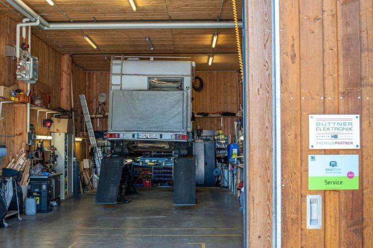 Wohnmobil auf der Hebebühne in der Werkstatt - Caravan Service Stehmeier - Wohnmobil Wohnwagen Service Werkstatt
