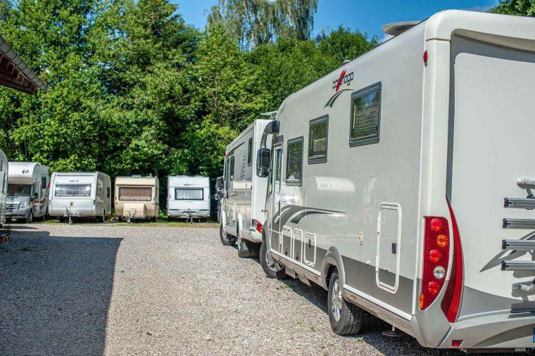 Wohnmobile und Wohnwagen geparkt auf dem Firmen Stellplatz - Caravan Service Stehmeier - Wohnmobil Wohnwagen Service Werkstatt