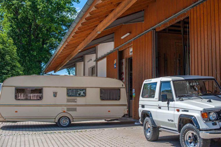Wohnwagen und Geländewagen vor der Werkstatthalle - Caravan Service Stehmeier - Wohnmobil Wohnwagen Service Werkstatt