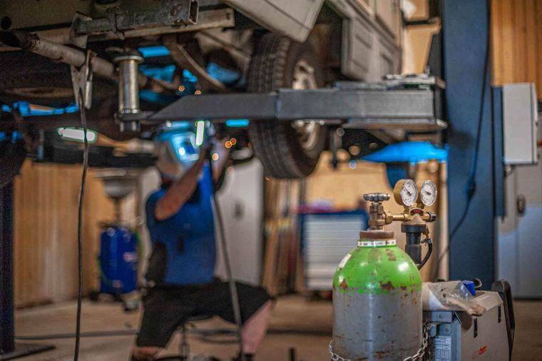 Schweißarbeiten unter der Habebühne an einem Wohnmobil in der Werkstatt - Caravan Service Stehmeier - Caravan Service Stehmeier - Wohnmobil Wohnwagen Service Werkstatt