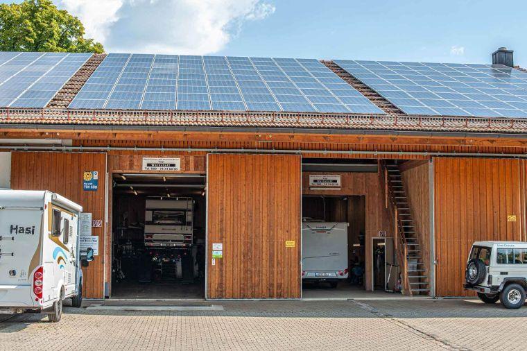 zwei Werkstattplätze in einer Halle mit Freizeitfahrzeugen - Caravan Service Stehmeier - Wohnmobil Wohnwagen Service Werkstatt