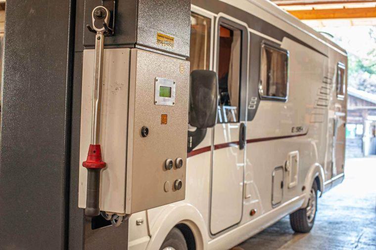 Wohnmobil bei der Fahrt auf die Hebebühne in der Werkstatt - Caravan Service Stehmeier - Wohnmobil Wohnwagen Service Werkstatt