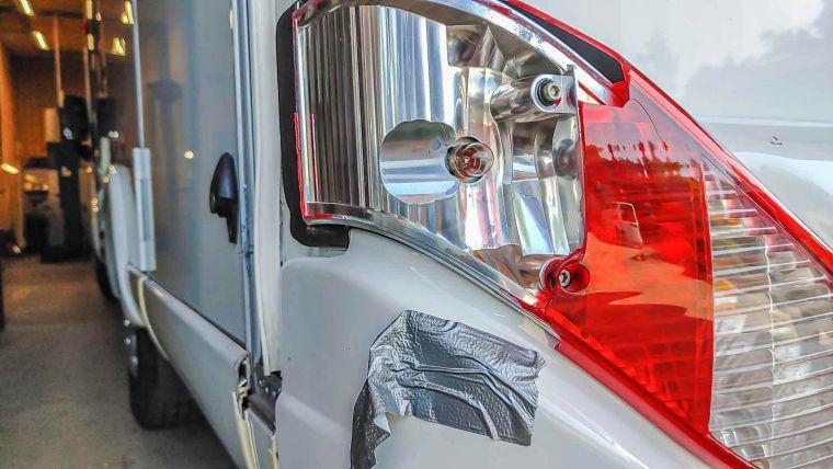 Nahaufnahme eines Heckschadens eines Wohnmobils in der Werkstatt - Caravan Service Stehmeier - Wohnmobil Wohnwagen Service Werkstatt