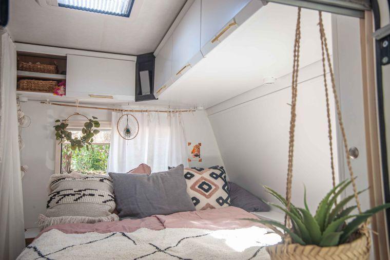 zwei renovierte Bilder vom Schlafbereich und Küchenbereich eines Wohnwagens - Wohnmobil und Wohnwagen Service Werkstatt