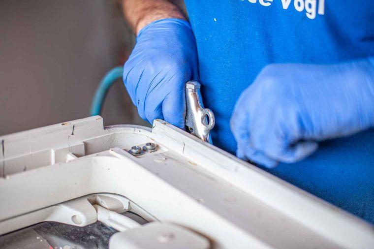 Caravan Techniker bei der Reinigung einer ausgebauten Dachluke