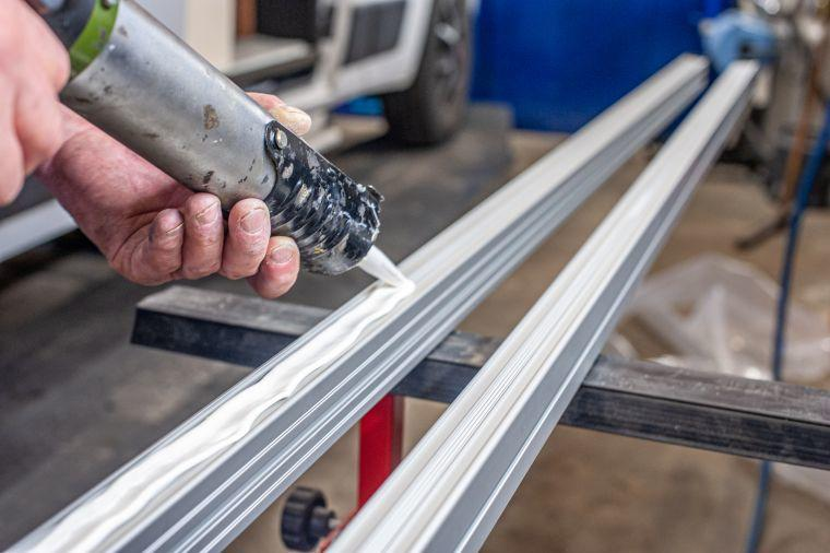 Verklebung eines Thule Dachschienen Systems auf dem Kastenwagen